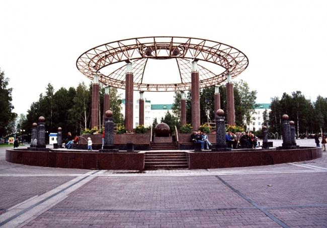 Фонтан-ротонда на главной площади г. Ханты-Мансийска © ГрандПроектСити