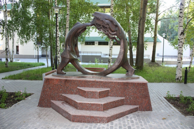 Скульптурная композиция «Охотник и медведь» в парке музея «Природа и человек» © ГрандПроектСити
