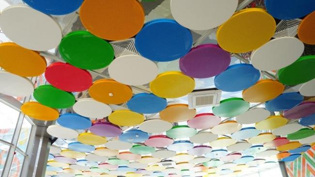 Детский лагерь «Артека». Яркие и необычные потолочные панелиEcophon Solo Circle. Изображение предоставлено компанией «Сен-Гобен»
