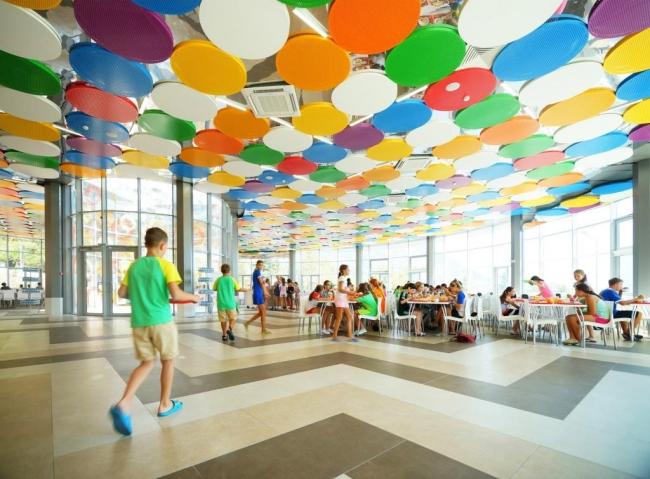 Детский лагерь «Артека». Яркие и необычные потолочные панели Ecophon Solo Circle. Изображение предоставлено компанией «Сен-Гобен»