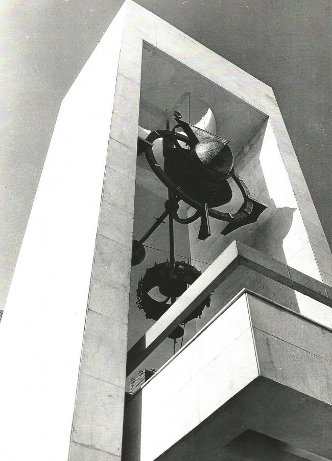 Фрагмент портала и часы. 1972 г. Фото © В. Крыжный