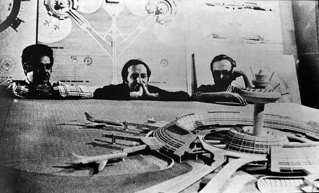 Слева направо – архитекторы Артур Тарханян, Спартак Хачикян и Грачья Погосян перед макетом аэропорта Звартноц. Фото второй половины 1970-х годов. Предоставлено издательством ТАТЛИН