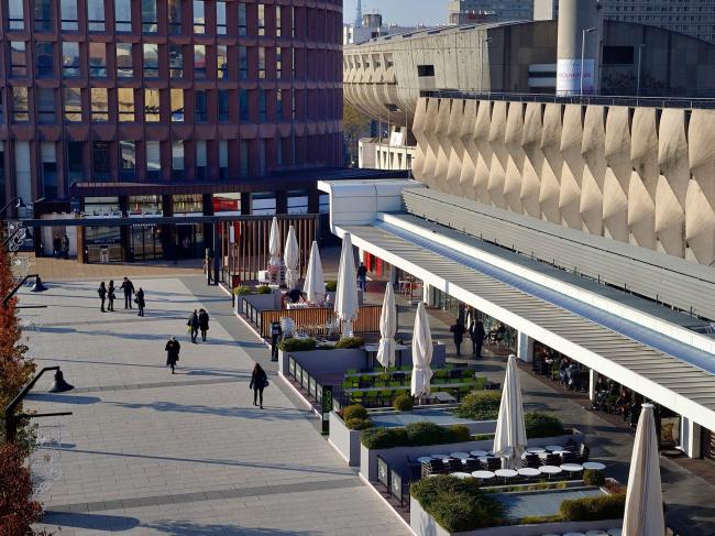 Благоустроенная часть стилобата между торговым центром и башней Пар-Дьё © Grand Lyon