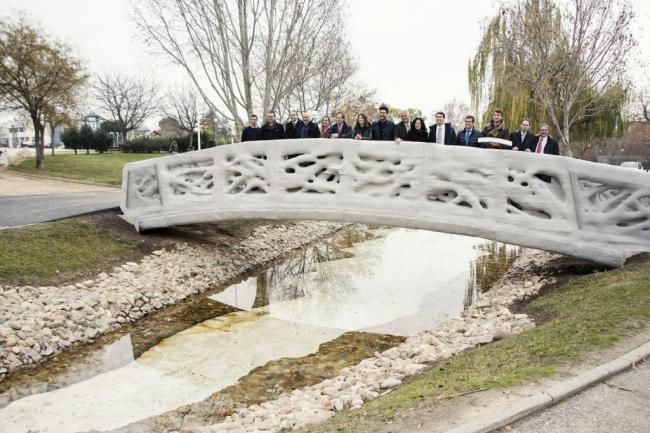 Реализовавшая проект команда на мосту. Фото: IAAC
