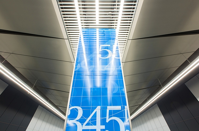 Станция «Ломоносовский проспект». Трехслойные панели PERFATEN ALCORE A2 из нержавеющей стали для облицовки колонн на платформе станции. Проектировщик: «Метрогипротранс». Фотография предоставлена компанией «АСП-Технолоджи»