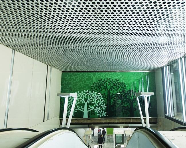 Станция «Раменки». Потолочные перфорированные алюминиевые панели. Проектировщик: «Метрогипротранс». Фотография предоставлена компанией «АСП-Технолоджи»