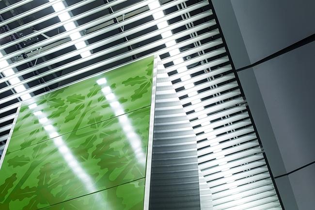 Станция «Раменки». Металлическая реечная потолочная система на платформенном участке и в вестибюлях станции. Проектировщик: «Метрогипротранс». Фотография предоставлена компанией «АСП-Технолоджи»