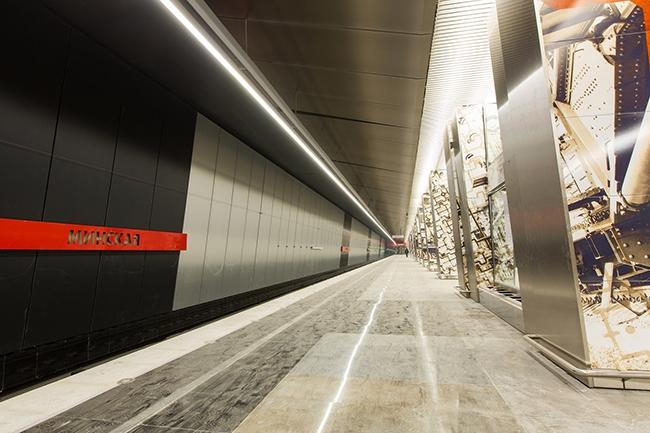Станция метро «Минская» – на колоннах графические рисунки с изображением военной техники. Проектировщик: «Метрогипротранс». Фотография предоставлена компанией «АСП-Технолоджи»
