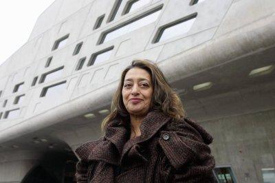 Заха Хадид перед Научным центром «Фэно»