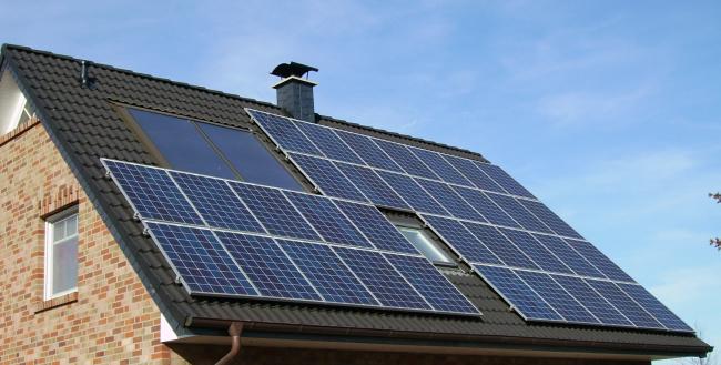 Солнечные панели на крыше дома. Фотография находится в открытом доступе. Автор: Pujanak