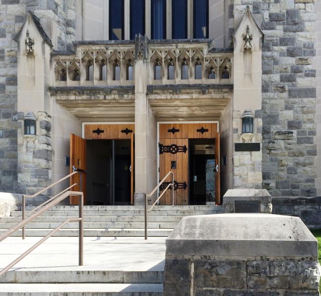 Вход в библиотеку Виргинского университета / предоставлено Анной Соколиной