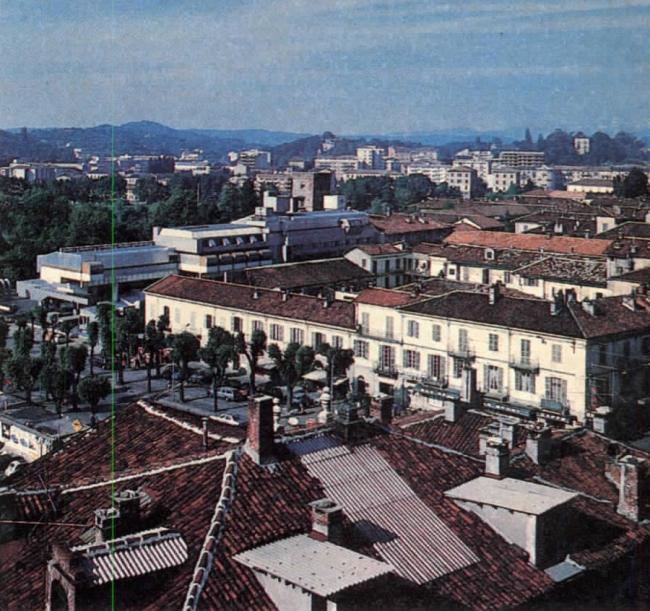 «Восточная жилая единица» (Residenze Est) в панораме города. Фото сер. 1970-х гг.