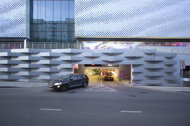 Въезд в подземную парковку под пешеходной галереей. Многофункциональный центр «Океания» (решение фасадов) © Архитектурное бюро Асадова