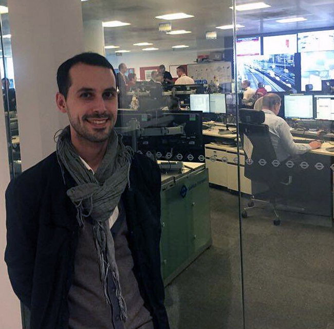 Тимур Кадыров у входа в транспортный отдел лондонской мэрии