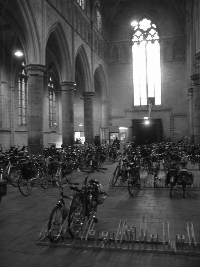 Стоянка велосипедов в доминиканской церкви в 2002. Предоставлено Merkx+Girod