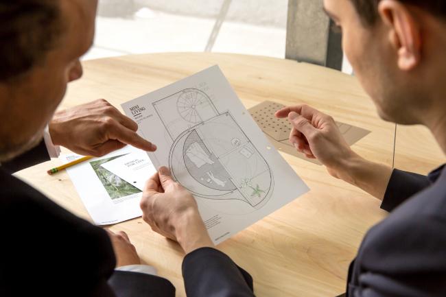 Креативный директор MINI LIVING Оке Хаузер и директор архитектурного бюро SO-IL Илиас Папагеоргиу. Фотография предоставлена BMW Group