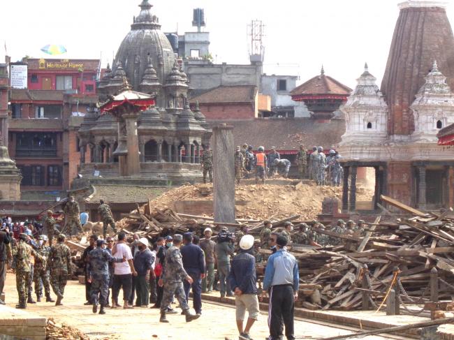 Спасательные работы после землетрясения в Горкхе с участием армии и полиции на площади Дурбар в г. Лалитпур. © Kai Weise