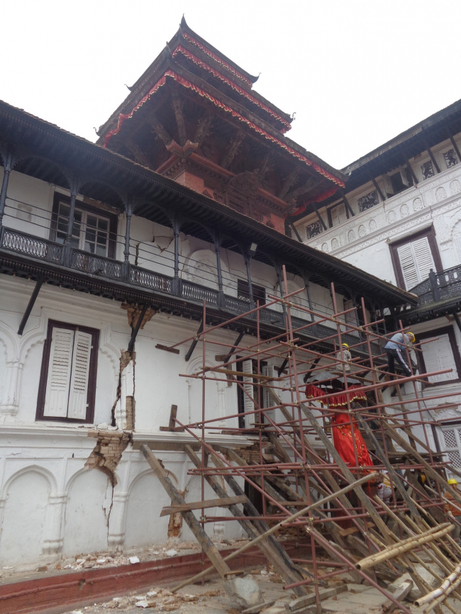 Shoring to protect the facade collapsing onto the main Hanuman Statue with the intact Agamchhen temple that is raise on timber stilts over the palace. © Kai Weise