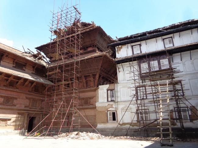 Двор Назал-Чоук дворца на площади Дурбар (г. Катманду) с лесами, установленными для извлечения музейных экспонатов и разрушенных фрагментов из девятиэтажной башни © Kai Weise