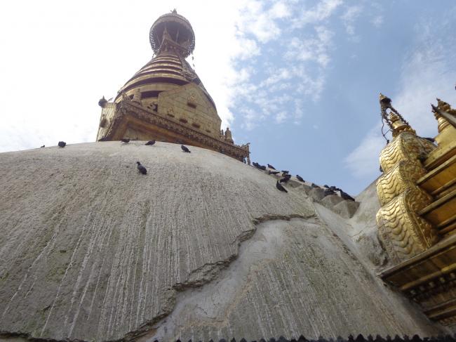 Ступа Сваямбху с временно запечатанными трещинами после удаления слоев известкового налета © Kai Weise