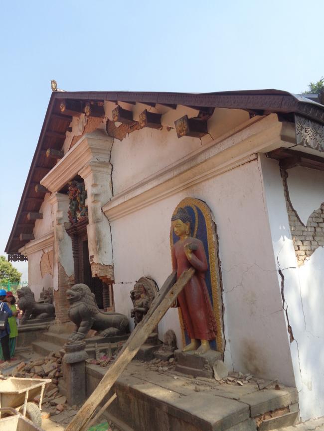Поврежденный вход в тантрический храм Шантипур, куда могут войти только посвященные священнослужители © Kai Weise
