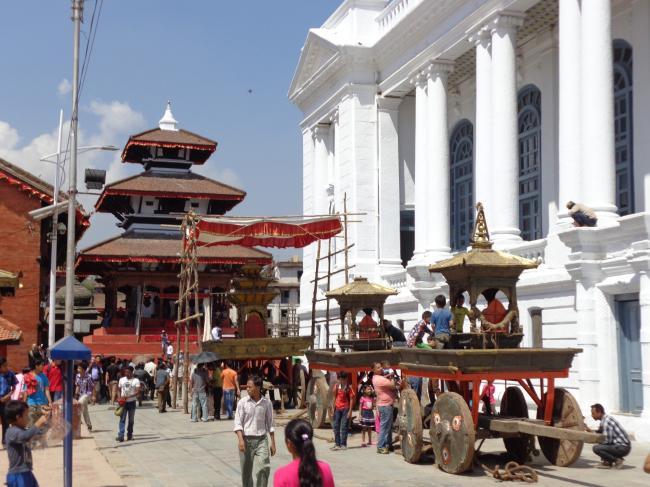 Процессия колесниц во время религиозного праздника Индры Джатры на площади Дурбар (г. Катманду) в сентябре 2013 г. © Kai Weise