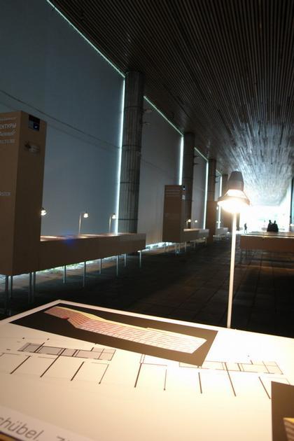 Вид экспозиции Международного павильона Московской биеннале архитектуры в портике ЦДХ