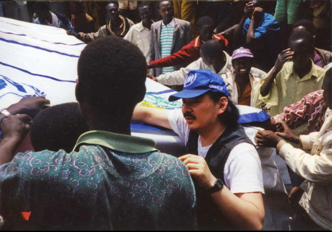 Shigeru Ban with volunteers constructing Paper Emergency Shelter for UNHCR in Rwanda. Photo by Shigeru Ban Architects.