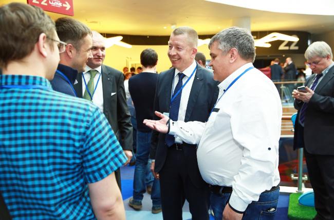 Виланд Франк и Ханс Диль в кругу партнеров и друзей компании SIEGENIA. Фотография © SIEGENIA
