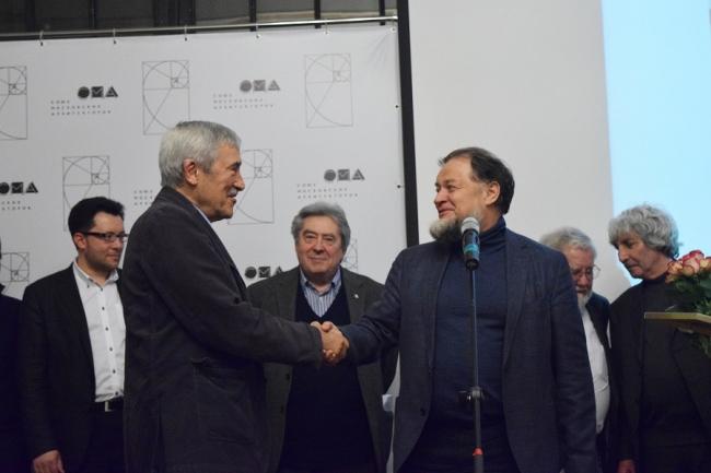 Никита Явейн награждает Александра Скокана. Фотография предоставлена организаторами фестиваля «Золотое сечение»