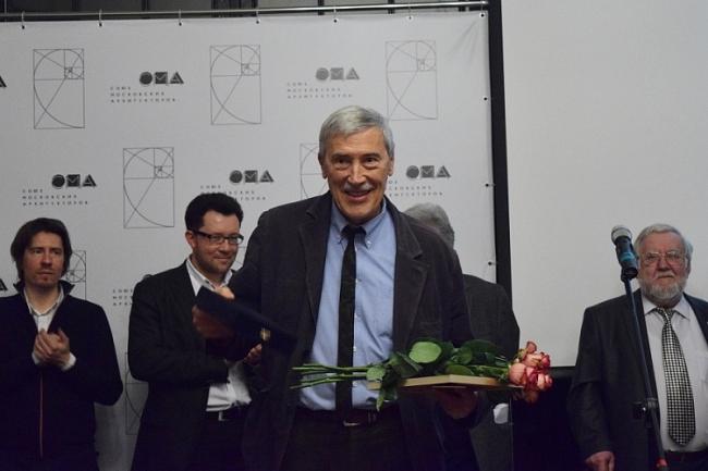 Александр Скокан получает награду «За честь и достоинство». Фотография предоставлена организаторами фестиваля «Золотое сечение»