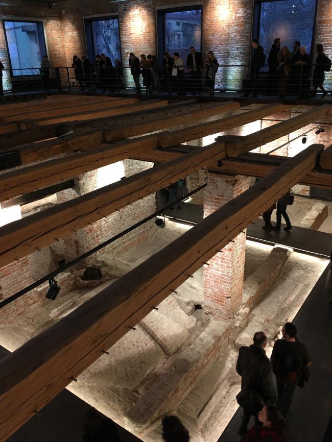 Вид с антресолей на второй этаж Флигеля «Руина». Фотография © Елена Петухова