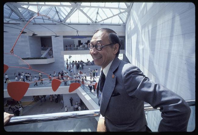 Й.М. Пей в вестибюле восточного крыла Национальной галереи в Вашингтоне в день его открытия 1 июня 1978 © Dennis Brack/Black Star. National Gallery of Art, Washington, Gallery Archives. Image via nga.gov.
