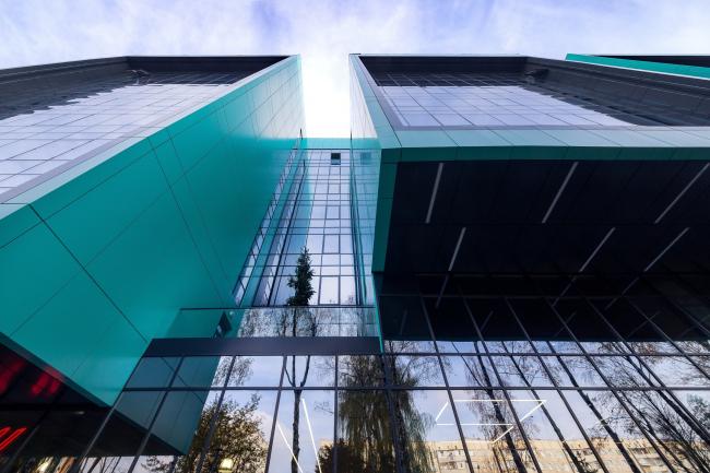 Ризалиты выступают вперед глубокими консолями, между напротив, образуются террасы – все вместе складывается в пространственную игру, совершенно исключающую «плоскостное» восприятие фасада. Офисный комплекс «Оптима Плаза» © Архиматика