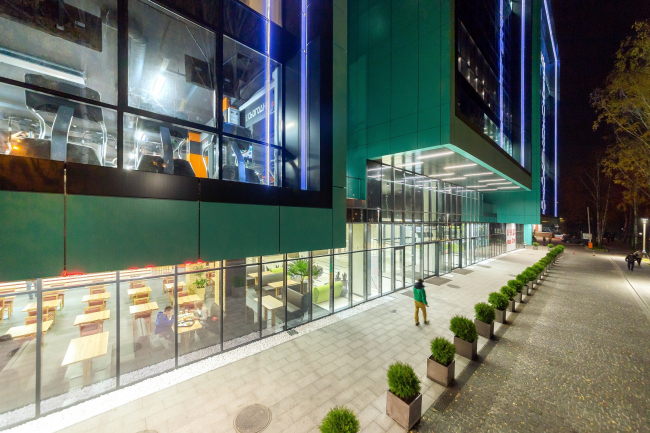 """In the center of the north facade that faces the street, the lobby entrance is accentuated by the cantilever of the central rislait. """"Optima-Plaza"""" office complex © Archimatika"""