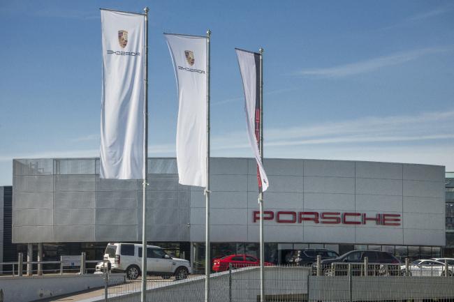 Автосалон Porsche. Фото: «Айкью Фасад» Фасадные системы