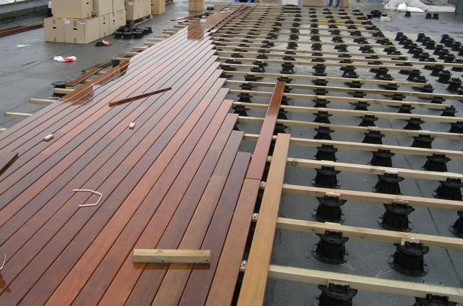 Натуральная древесина на опорах Buzon. Фотография предоставлена компанией Buzon