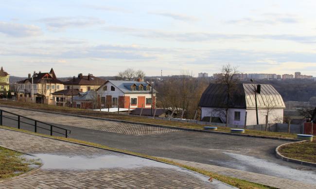 Вид от ИКЦ на юго-запад, в сторону ОКИ. Особняки. Фотография © Ю. Тарабарина, Архи.ру
