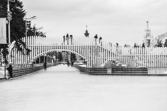 Пешеходный мост и каток на территории ВДНХ © Ai architects