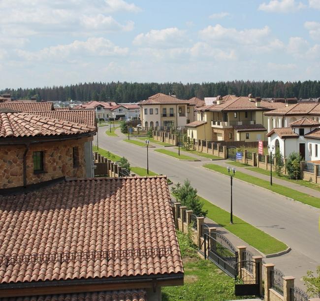 Коттеджный поселок «Пестово». Коттеджный поселок «Пестово». Монтаж кровель осуществлен компанией «Красные Крыши».
