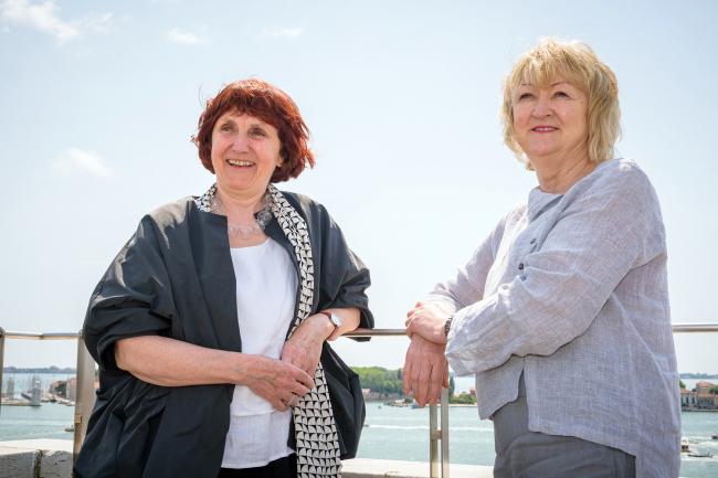 Шелли МакНамара и Ивонн Фаррелл (слева направо), кураторы 16-й биеннале архитектуры в Венеции (2018). Фото © Andrea Avezzù, предоставлено La Biennale di Venezia