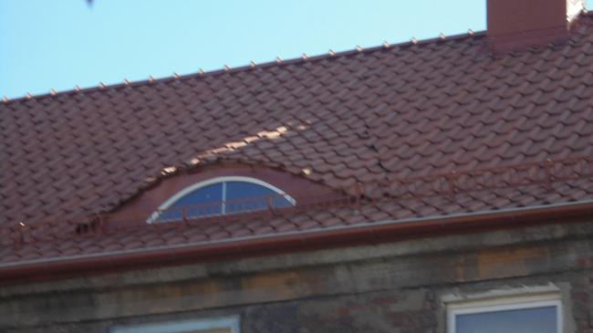 «Пёстрый ряд» после капитального ремонта. Щель на кровле дома 7 © Ольга Сидоренко
