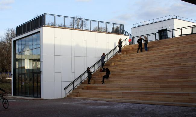 Вид из двора на амфитеатр и видовую площадку на кровле.  Инновационный культурный центр в Калуге. Фотография © Юлия Тарабарина, Архи.ру