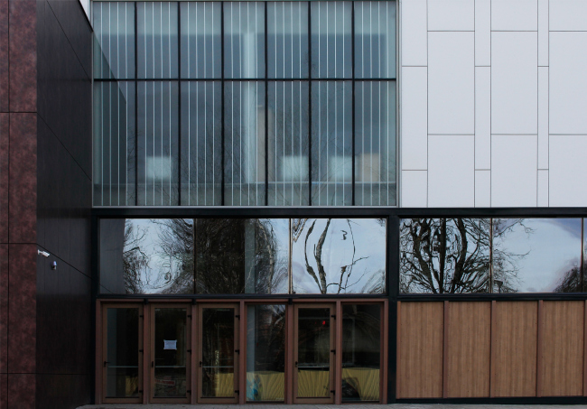 The main entrance; reserved and diverse in textures. Innovation and Culture Center in Kaluga.  Photograph © Julia Tarabarina, Archi.ru
