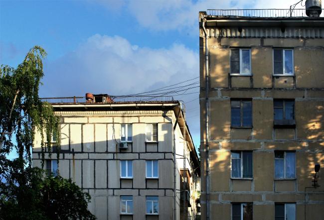 Пятиэтажные блочные жилые дома, слева серии II-05, 1959 г., жители проголосовали против реновации; справа серии I-510, 1961 г., жители проголосовали за реновацию. Фотография © Юлия Тарабарина, Архи.ру