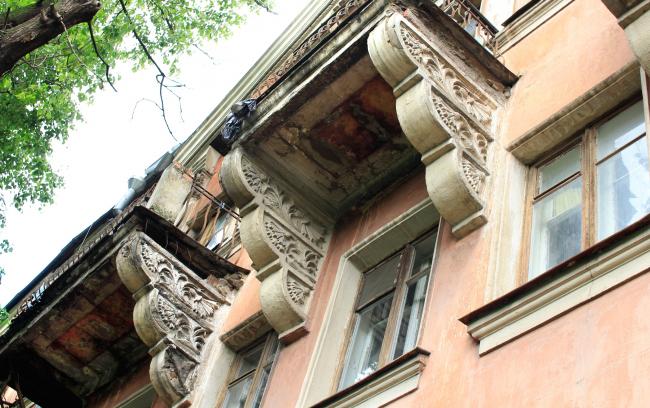 Трехэтажный кирпичный жилой дом, 1947, 100% жителей проголосовали  за снос. Значится в списке «Архнадзора» среди домов, которые следует сохранить как памятники. Фотография © Юлия Тарабарина, Архи.ру