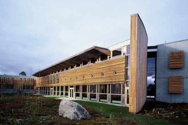 Здание парламента Лапландии в Карасйоке. Фасад и внутренний двор. Фото: Sámediggi Sametinget via Wikimedia Commons. Лицензия CC BY-SA 2.0