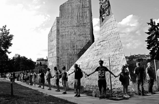 Живое кольцо вокруг памятника «1300 лет Болгарии», София © Stanislav Belovski