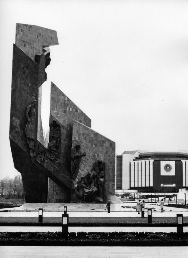 Памятник «1300 лет Болгарии» в Софии. Фото советского периода из личного архива Валентина Старчева. Фотограф Иван Кепенаров