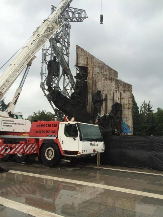 Демонтаж памятника «1300 лет Болгарии», София. Фото предоставлено NGO Transformatori